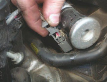 The Gen III powertrain was designed to simplify manufacturing and improve overall quality, so most parts only go on one way and are difficult to install partially — which is good for quality, but can make it interesting to take things apart. One good example of this is the truck fuel-injector connectors. They have a secondary clip that ensures they are locked on the injector. To remove them, this clip needs to be pulled up out of the connector body using the radiator hook tool.